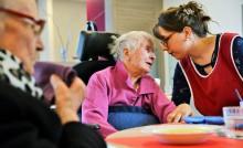 Personnes âgées avec une soignante en maison de retraite