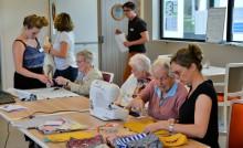 Atelier couture avec des personnes âgées