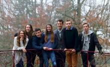 Groupe de jeunes en extérieur qui bénéficient du fonds d'aide aux jeunes