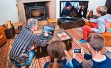 Famille face aux écrans à la maison, très haut débit