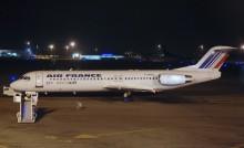Avion sur un aéroport la nuit pour un départ à l'étranger avec Jeunes à travers le monde