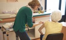 Une personne âgée se fait vacciner dans un centre de vaccination