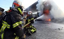 Des pompiers luttent contre un incendie