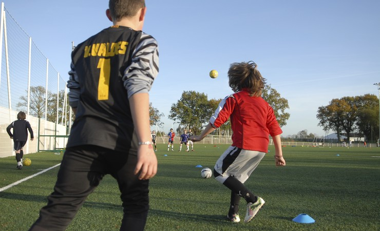 Jeunes qui jouent au foot