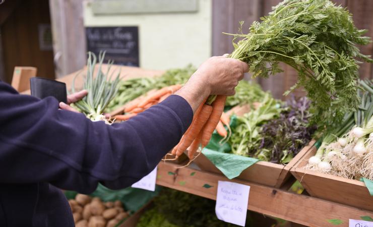 Vendeur de légumes sur un marché, aides aux agriculteurs